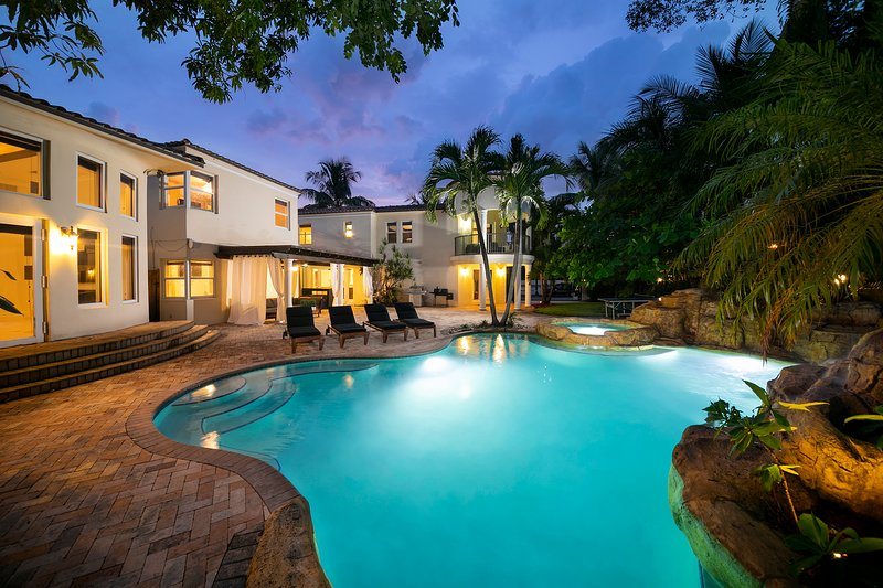 HIUGE Villa sleeps 16, Movie theater, Pool, & Jacuzzi ! MUST SEEN, location de vacances à Miami Shores