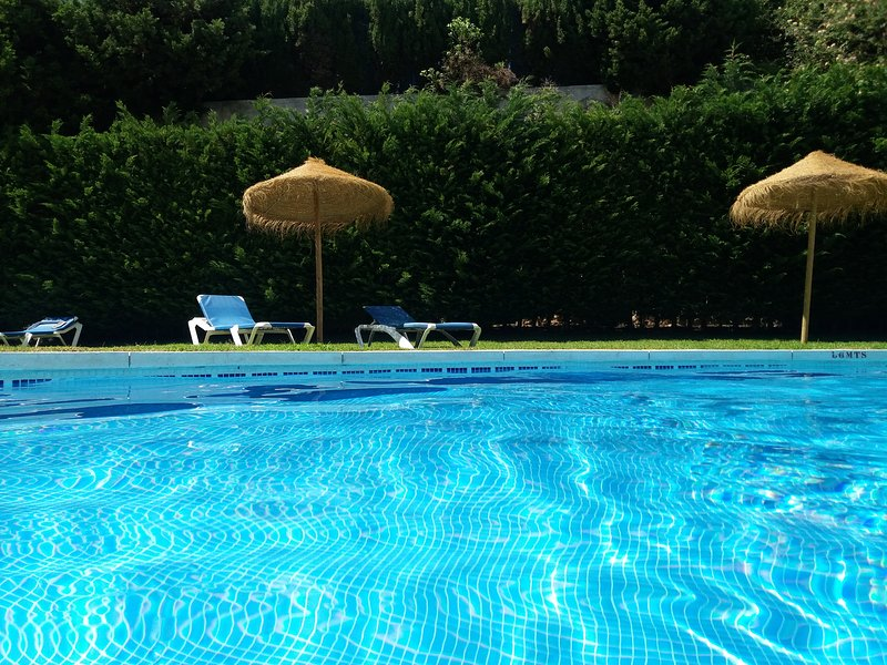 Maravillosa piscina donde descansar de un ajetreado día de playa o de turismo!