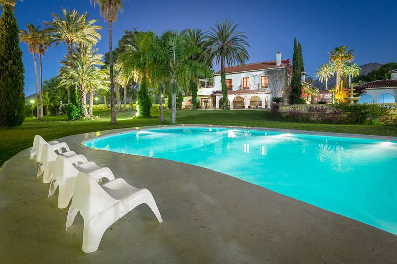 Incredible Luxury & Historical Mansion, holiday rental in Pedralba