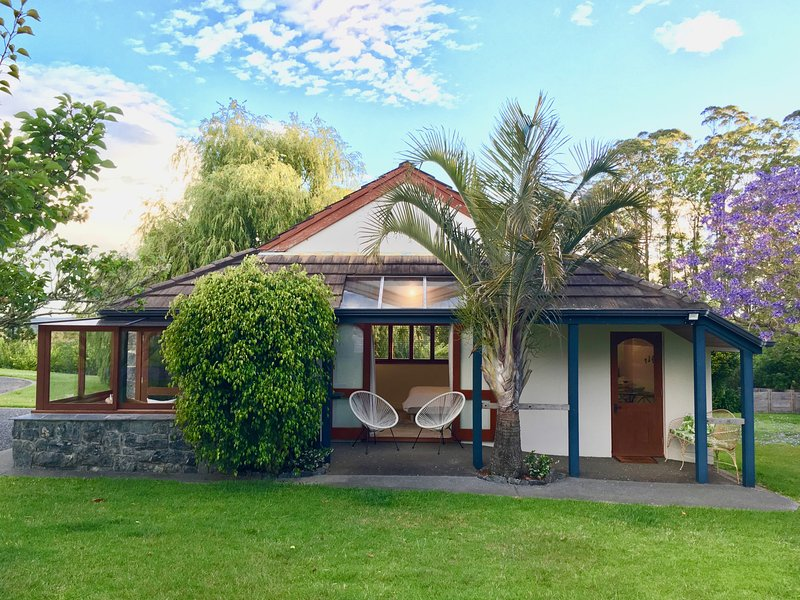 Under the Palm — charming luxury B&B cottage in a tranquil country garden, vacation rental in Kerikeri