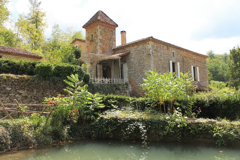 Watermill overlooking a small river in Périgord, holiday rental in Montcabrier