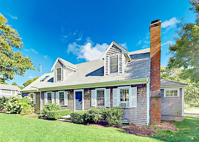 Spacious South Chatham Home w/ 3-Season Room - Near Forest Beach, holiday rental in South Chatham