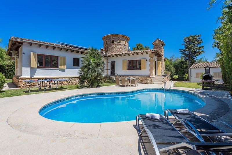 BEAUTIFUL REFURBISHED VILLA FALCO AT PERFECT LOCATION WITH PRIVATE POOL, casa vacanza a Maiorca