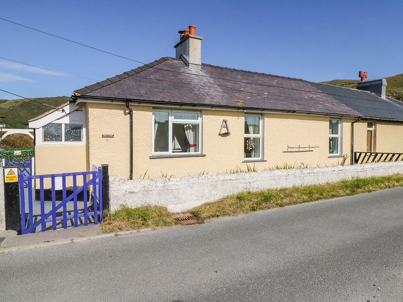 MINYDON, beachside, off-road parking, country views, in Fairbourne, vacation rental in Fairbourne