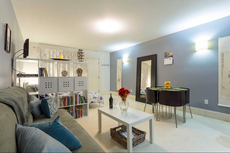 Stay in a Brownstone minutes from Columbia University, holiday rental in New York City