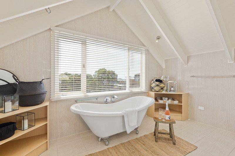 Hamptons-Retreat-Master-Bedroom-Bathtub.jpg