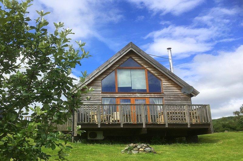 Osprey Log Cabin, with loch views and hot tub, holiday rental in Portsonachan