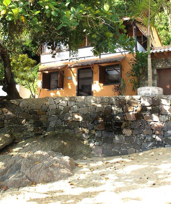 La maison, donnant sur la plage.