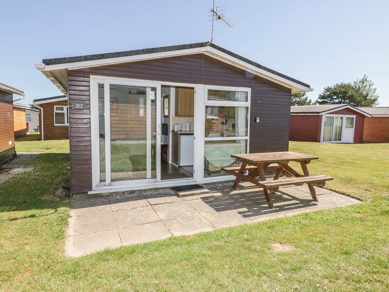 CHALET 212, open-plan living, detached and cosy,holiday park, in St Merryn, holiday rental in Saint Ervan
