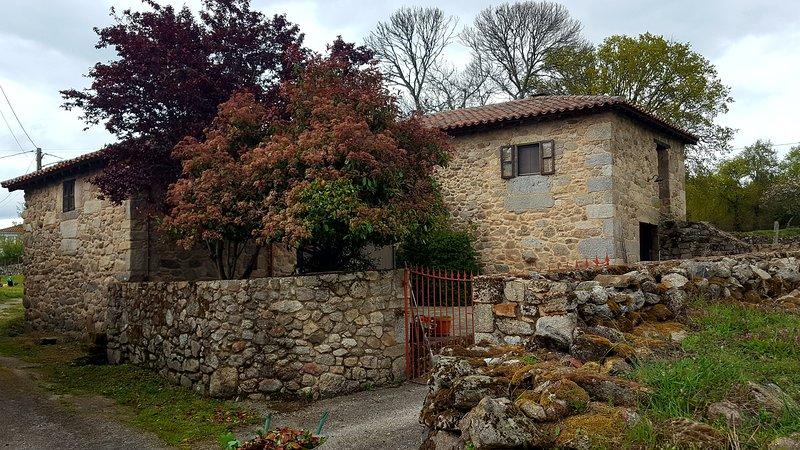 Casa Roja - Casa rural en Ribeira Sacra, Ferienwohnung in Panton
