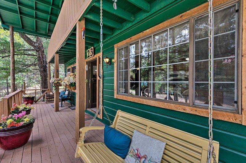 Observe las vistas a los pinos desde esta cabaña de alquiler de 5 habitaciones y 3 baños.
