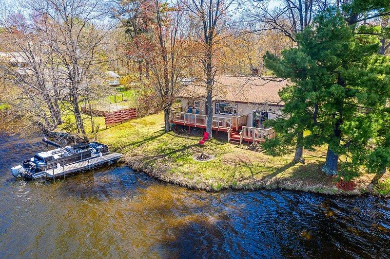 Remodeled Rice Lake 'Hideaway' Home w/ Dock & Deck, casa vacanza a Cumberland