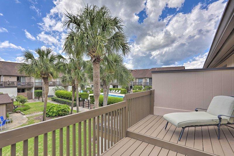 Prenota la tua soleggiata vacanza a Myrtle Beach in questo appartamento per vacanze a 2 piani.