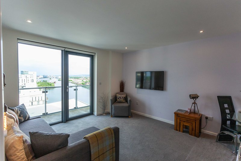 STUNNING Waterfront West End Apartment Glasgow, vacation rental in Glasgow