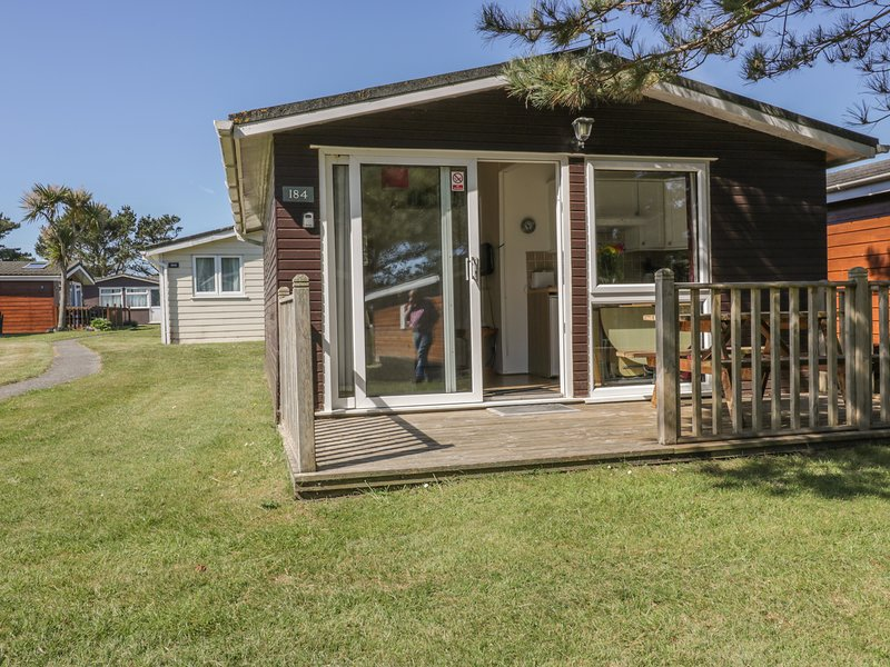 CHALET 184, family-freindly, decking area, holiday park, near coast, in St, holiday rental in Saint Ervan