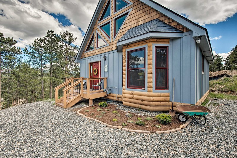 Cozy Log Cabin < 2 Miles to Downtown Evergreen!, vacation rental in Evergreen