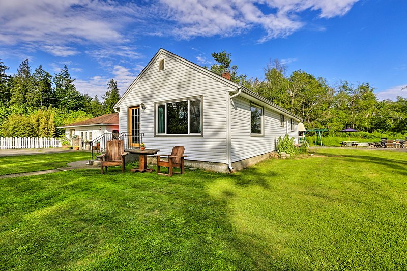 Cozy Home w/Yard -6 Miles to Dwtn Bellingham!, casa vacanza a Lynden
