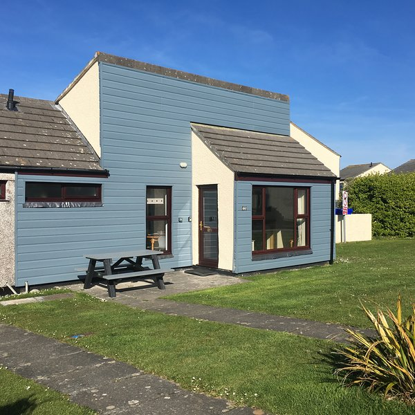 Lovely modern 3 bed bungalow - just fitted with new blue cladding this year,  + heavy resin bench