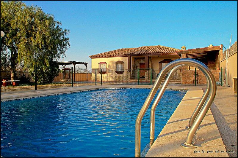Chalet con piscina privada, aluguéis de temporada em Los Naveros