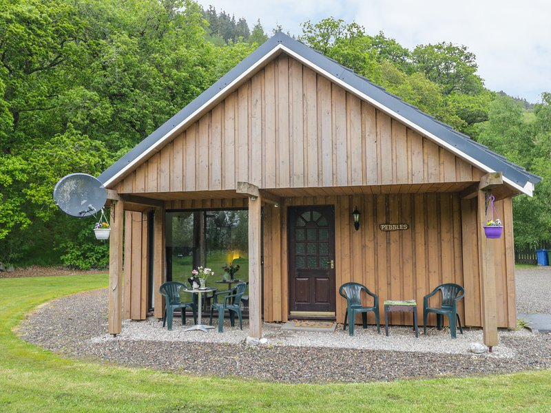 PEBBLES COTTAGE, 1 well behave dog single-storey lochside cottage, patio, vacation rental in Contin
