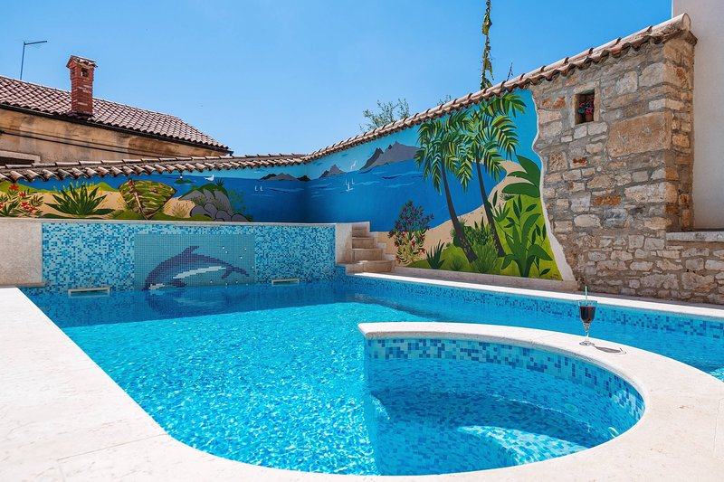 Beautiful pool and dining table / Nice pool and dining table