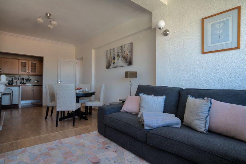 Sunny 2 BR in Monte Estoril - near Cascais Center & Beachfront, location de vacances à Estoril