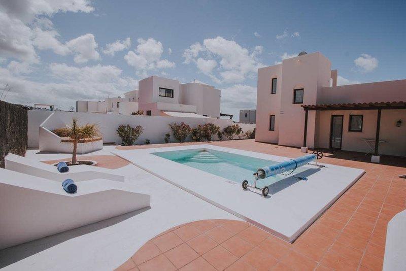 Villa Turquesa with private pool in quiet area, location de vacances à Yaiza