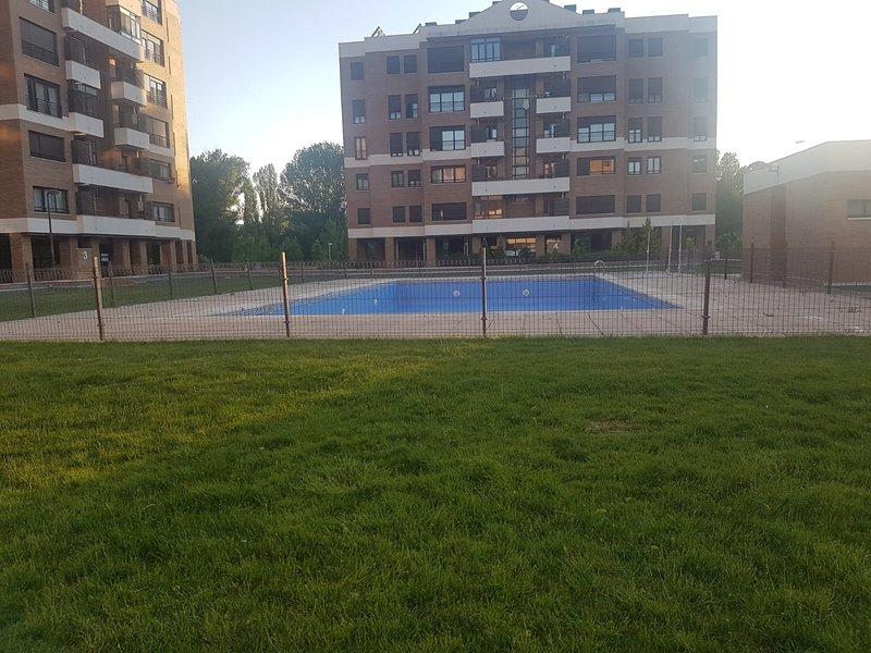 Spacious apartment with shared pool, alquiler de vacaciones en Cuenca