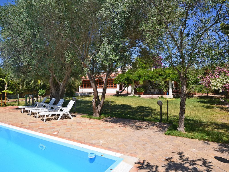 Punta Milocca Villa Sleeps 6 with Pool Air Con and WiFi - 5247405, aluguéis de temporada em Fanusa