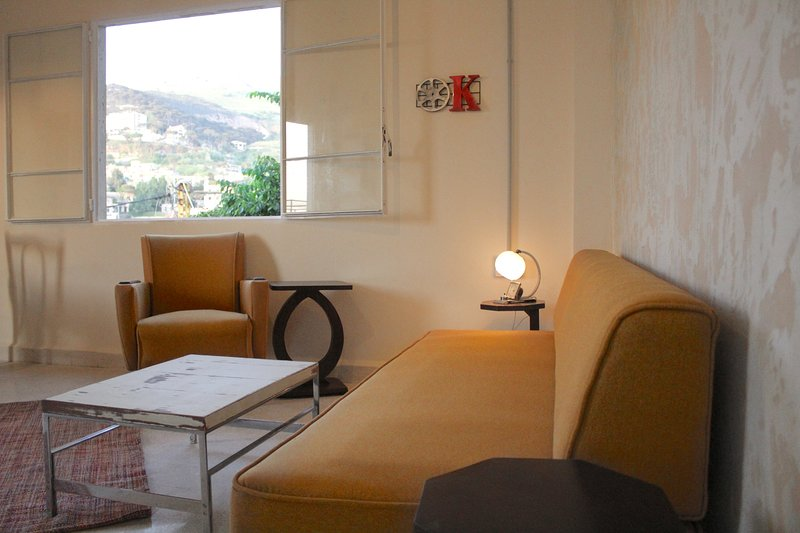 Shuruk, cosy vintage style apartment with amazing mountain views, alquiler de vacaciones en Falougha