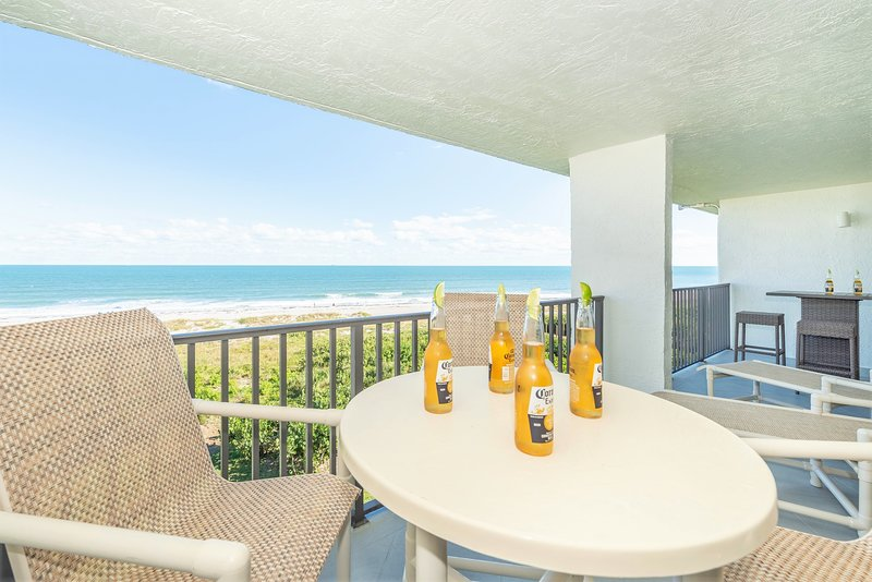 Penthouse, direct ocean views! Seating for 8 + 2 loungers for the suntanners!