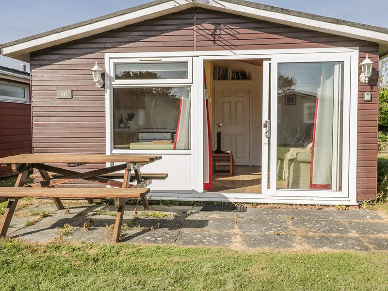 CHALET H1, family-friendly, open-plan living, decking area, holiday park, in St, holiday rental in Saint Ervan