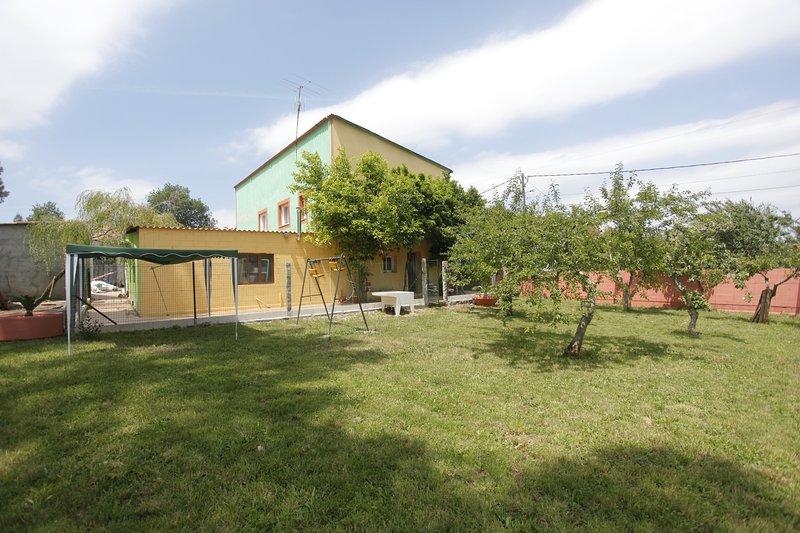 Amazing house with garden, alquiler de vacaciones en Melide