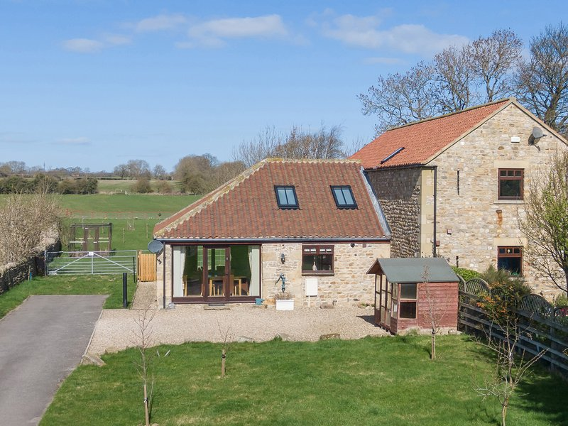 BREWERY BARN, open-plan, mezzanine, exposed beams, Ref 959098, holiday rental in Arrathorne