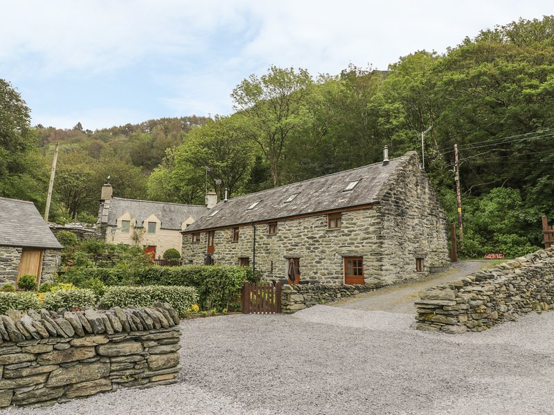 HENDOLL COTTAGE 2 upside down accommodation, woodburner, WiFi in Fairbourne Ref, vacation rental in Fairbourne