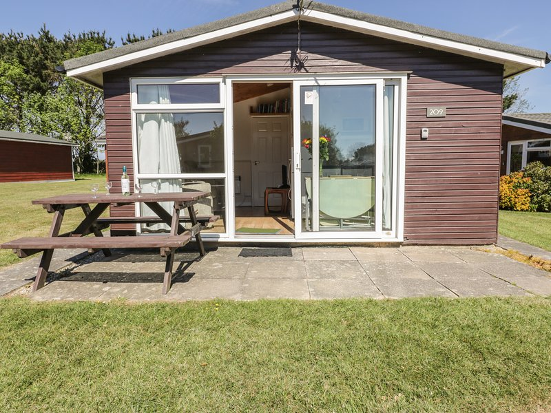 CHALET 209, cosy and detached, open-plan living, holiday park, in St Merryn, holiday rental in Saint Ervan