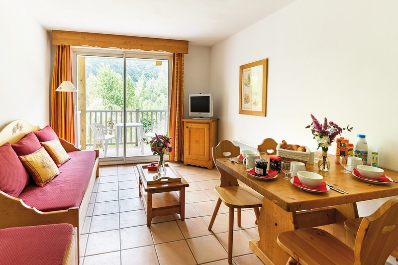 Come and stay in our cozy and rustic apartment in Saint-Lary! (Views vary).