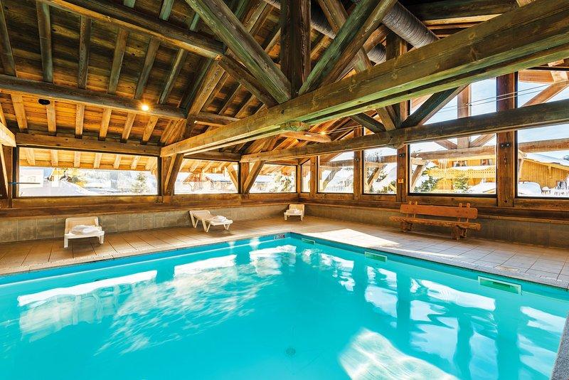 Plongez dans la piscine intérieure chauffée après une belle journée à l'extérieur.