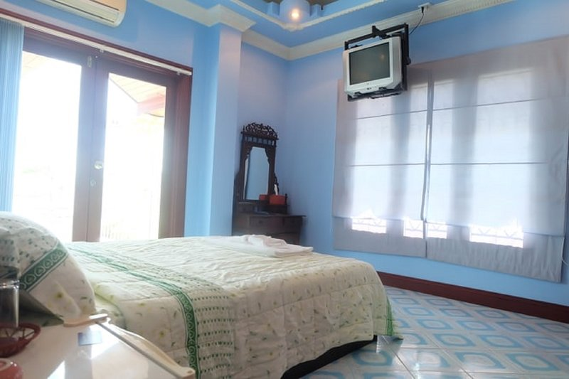 Room 5, has a queen sized bed and is 16 square meters.