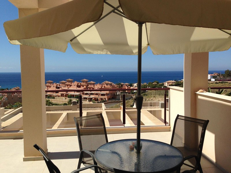 MH04: Modern 2 bed, 1 bath apartment in Mojon Hills with sea views, vacation rental in Isla Plana