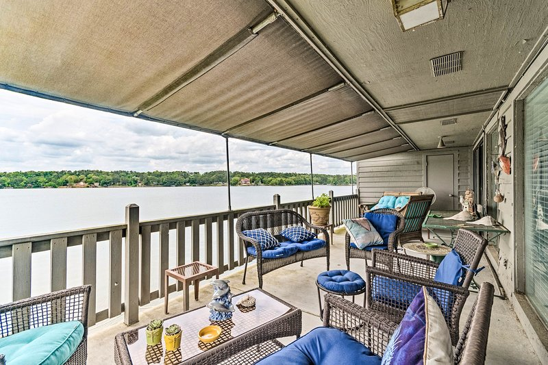 Lakefront Hot Springs Condo w/ Dock & Balcony, holiday rental in Bismarck