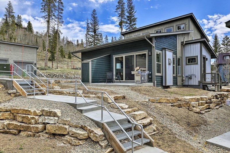 Esta casa de pueblo funky Fraser se encuentra a solo 4 millas de Winter Park Resort.