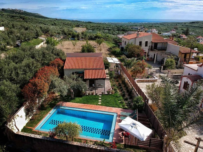 Ideally located Yiannis Cottage with ecological,salted (free of chlorine) pool!!, Ferienwohnung in Platanias