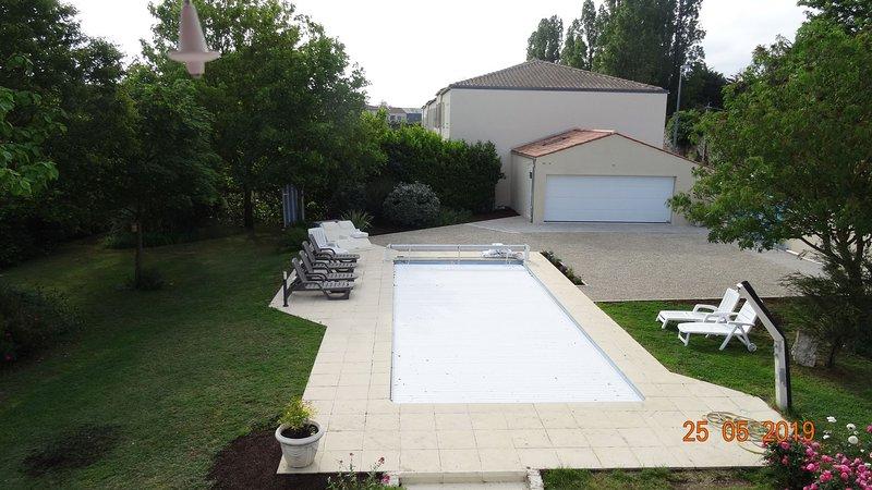 vista piscina e giardino con la sua persiana di sicurezza