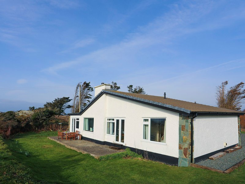 MOUNTAIN VIEW, 4 Bedroom(s), Pet Friendly, Rhoscolyn, holiday rental in Rhoscolyn