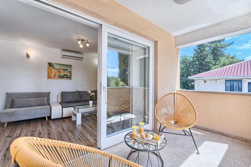 Apartments 2+3 with kids playground, casa vacanza a Kastel Luksic