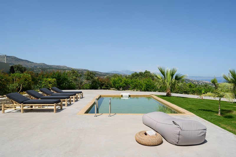 Villa elia-Contemporary villa with fantastic view, location de vacances à Maroulas