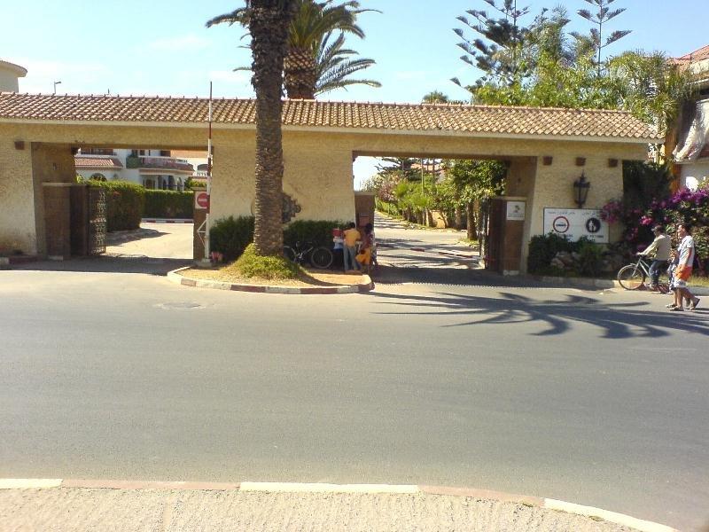 Entrada principal a la residencia privada de Monica Plage