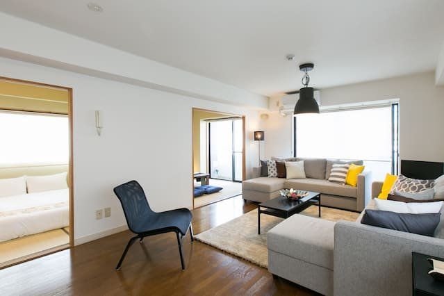 Modern Spacious Apartment Beside Peace Park 15 ppl, holiday rental in Hiroshima
