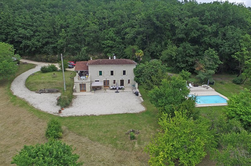 Secluded ground floor farmhouse apartment in 3 hectares, with private pool and f, vacation rental in Dolmayrac